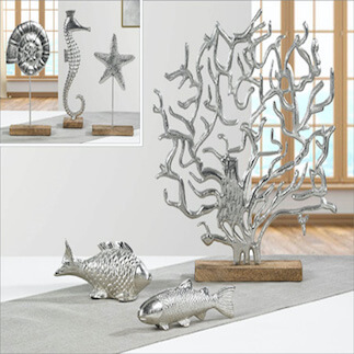 Silberne Dekoelemente in Form von Fischen und Korallen